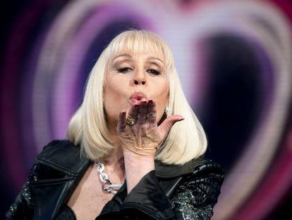 Raffaella Carra lanza un beso en un programa de la Rai italiana, en mayo de 2011.