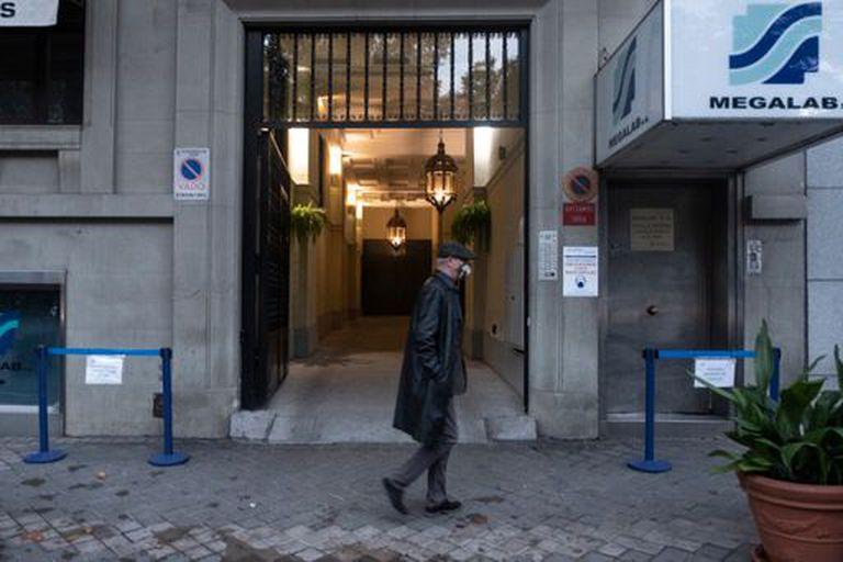 Un hombre pasa este miércoles por delante de la puerta del laboratorio Eurofins Megalab junto al Retiro, en Madrid.