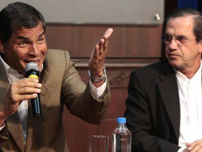 El presidente ecuatoriano, Rafael Correa, y el ministro de Exteriores, Ricardo Patiño, durante una rueda de prensa.