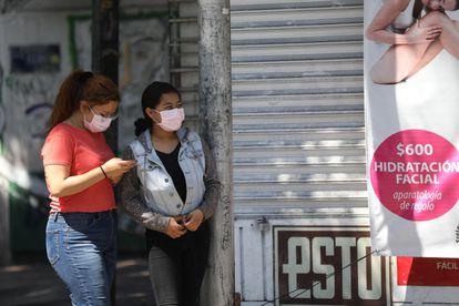Dos mujeres se protegen del coronavirus con mascarillas, este sábado en Ciudad de México.