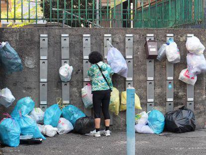 Imagen de los colgadores donde los vecinos de Usurbil colocan las bolsas de basura con el sistema puerta a puerta.
