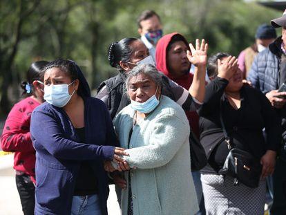Familiares de una mujer fallecida en la zona del atentado al secretario de Seguridad de Ciudad de México el pasado 26 de junio.