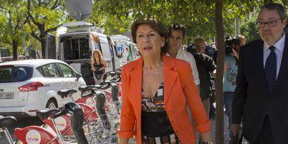 La exconsejera Magdalena Álvarez, en los juzgados sevillanos.