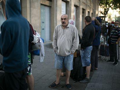 Personas sin recursos hacen cola para recibir el desayuno en una parroquia de Barcelona en 2020.