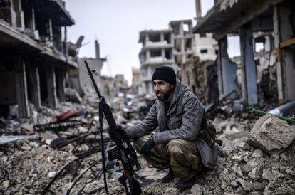 Un soldado kurdo en el pueblo de Kobane (Siria).