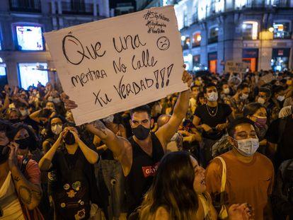 Cientos de personas protestan la semana pasada en la Puerta del Sol (Madrid) contra las agresiones a personas LGTBI.