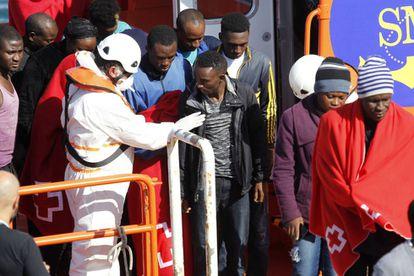 Numerosos inmigrantes desembarcan esta mañana en el puerto de Tarifa para ser atendidos por Cruz Roja.