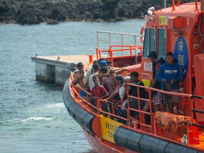 Llegada de un grupo de rescatados de origen magrebí a Órzola, en el norte de Lanzarote.