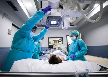 Una paciente es preparada para que le hagan una placa radiológica del hospital Gregorio Marañón de Madrid.
