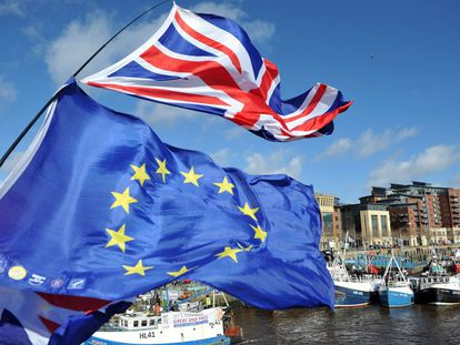 Pescadores en Newcastle (Reino Unido) protestan por los términos propuestos en el Brexit ondeando banderas de la Unión Europea.