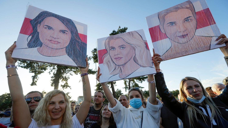 Manifestantes cargan con retratos de Svetlana Tikhanovskaya, Maria Kolesnikova y Veronika Tsepkalo.