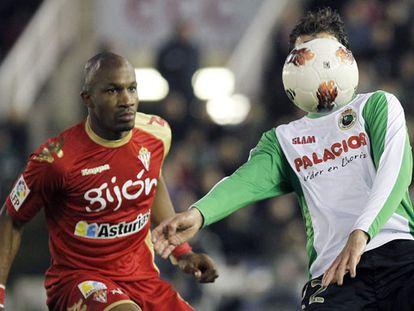 Stuani intenta controlar el balón ante Gregory.