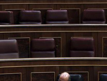 Luis de Guindos durante la sesión de control al Gobierno.