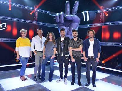 Tania Llasera, Jesús Vázquez, Malú, Pablo López, Juanes y Manuel Carrasco en el plató de 'La Voz'.