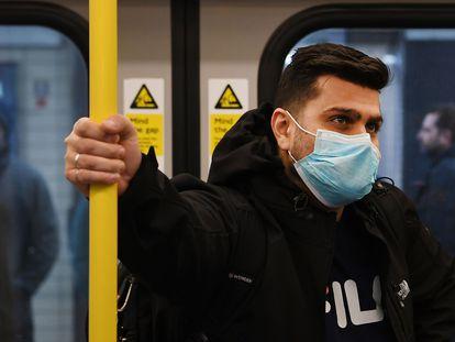 Un hombre con mascarilla en el metro de Londres el 3 de marzo pasado.