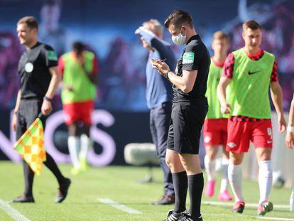 El cuarto árbitro con mascarilla en el RB Leipzig contra el SC Freiburg celebrado ayer.