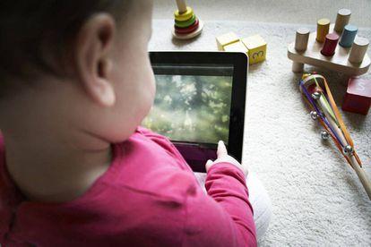 Un niño con una tableta.