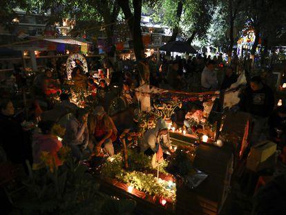 Familias en el cementerio Los Reyes durante las festividades del Día de Muertos en la Ciudad de México, el 1 de noviembre de 2019.