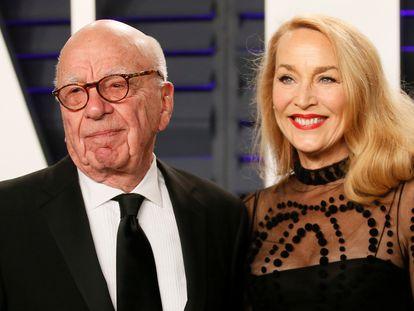 Rupert Murdoch y su actual esposa, Jerry Hall, en una fiesta en Beverly Hills en febrero de 2019.