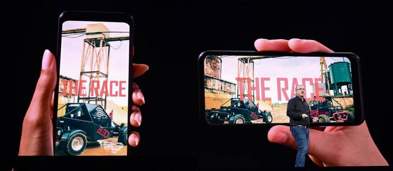 El responsable de tecnología de Quibi, Rob Post, muestra contenido en vertical y horizontal en móviles.