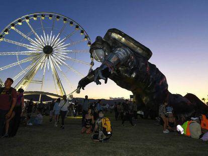 La noria de Coachella y una escultura móvil. En el vídeo, la actuación de Rosalía.