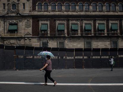 Una valla perimetral instalada frente al Palacio Nacional en preparación para la próxima manifestación del Día Internacional de la Mujer.
