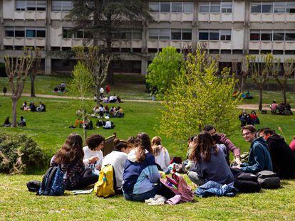 Estudiantes en el campus de Bellaterra de la UAB.