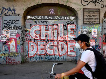 Un hombre en bicicleta por Santiago de Chile dos días antes del referéndum del pasado 25 de octubre.
