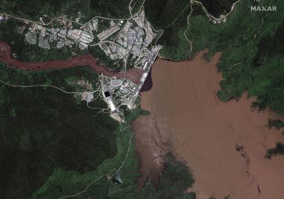 Imagen de satélite de la Gran Presa del Renacimiento Etíope tomada el pasado domingo en la que se aprecia cómo el agua está siendo retenida.