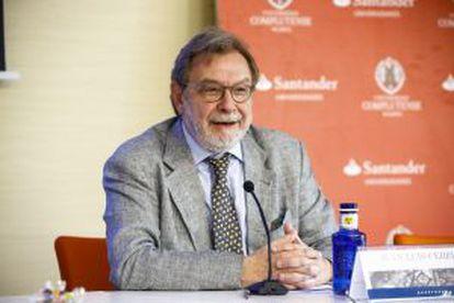 Juan Luis Cebrián, presidente de PRISA, en la conferencia inaugural del curso sobre propiedad intelectual en El Escorial.