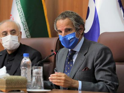 El director del OIEA, Rafael Grossi (a la derecha), junto a su homólogo iraní, Ali Akbar Salehí, este martes en Teherán.