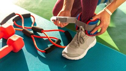 Este producto también se puede utilizar para las muñecas, logrando aumentar la resistencia y fuerza en todo el cuerpo. GETTY IMAGES.