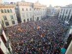 MILES DE MANIFESTANTES FESTEJAN EN PLAZA SANT JAUME LA DECLARACIÓN INDEPENDENCIA