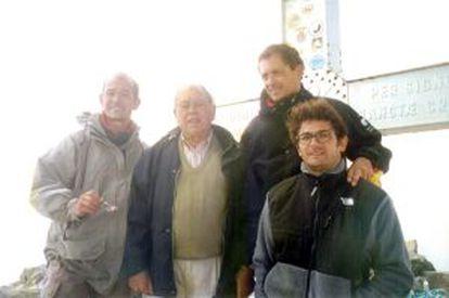 Jordi Pujol, en la cima del Aneto en 1999 con sus hijos Pere (a su derecha), Jordi y Oriol (con gafas).