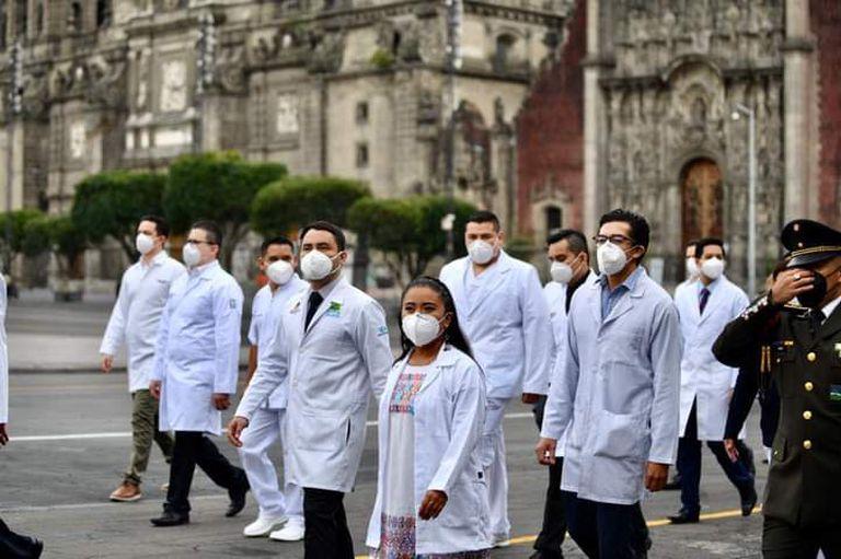 La doctora América Campos, junto a otros galardonados con la condecoración Miguel Hidalgo, en el Zócalo de Ciudad de México.