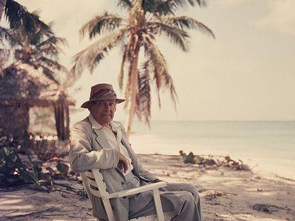 El escritor T. S. Eliot (St. Louis, Misuri, 1888 - Londres, 1965), retratado en 1957.