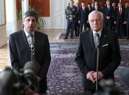 Jan Fischer, junto al presidente Vaclav Klaus, en la rueda de prensa posterior a su nombramiento como primer ministro de la República Checa