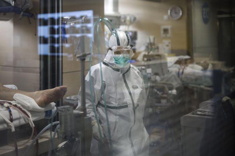 El personal sanitario atiende a los enfermos de coronavirus en la UCI del hospital Vall d'Hebron de Barcelona.