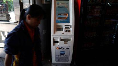 Un cajero que permite la compra de bitcoins, en Nueva York.