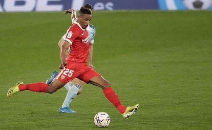 Fernando dispara para marcar el segundo gol del Sevilla en Balaídos.