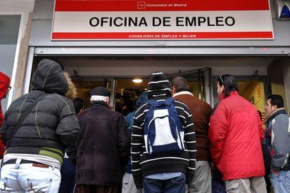 Un grupo de personas ante una oficina de empleo en la Comunidad de Madrid.