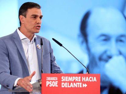 Pedro Sánchez junto a una imagen de Rubalcaba, este lunes.