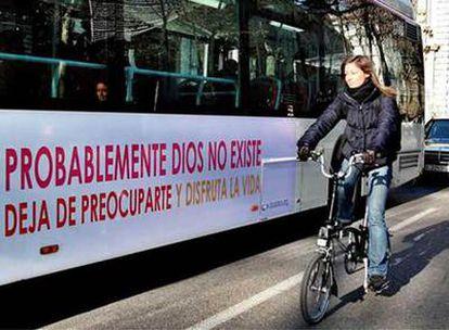 Uno de los dos autobuses con publicidad que niega la existencia de Dios que pueden verse desde hoy en Barcelona