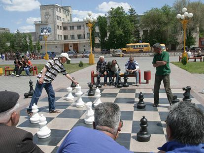 Partida de ajedrez en un parque de Elistá, capital de la República de Kalkumia.