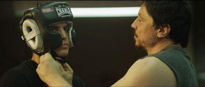 Carlos Bardem le ajusta el casco a Álex González en uno de los entrenamientos de 'Alacrán enamorado'.