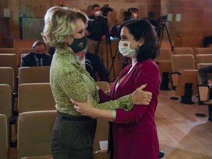 Isabel Díaz Ayuso saluda a Esperanza Aguirre al recibir un premio de la Fundación Civismo en Madrid el 9 de marzo.