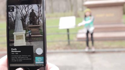 La escultura en realidad aumentada de la poeta Emily Dickinson junto a la del poeta escocés Robert Burns en Central Park.