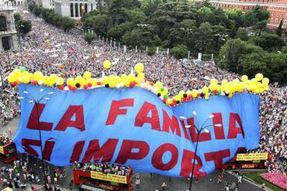 Una pancarta gigante con el lema <i>La familia sí importa, </i>al final  de la manifestación.