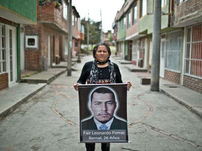 Luz María Bernal muestra una foto de su hijo, Fair Leonardo Porras, en Soacha, Colombia.