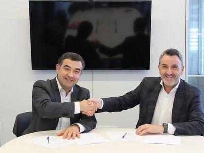 José Juste, director del área técnica de BSH, a la izquierda, y Javier Jimenez, director general de Lanzadera, tras firmar el acuerdo.